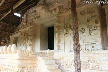 Wejście do świątyni jest w kształcie rozwartej paszczy jaguara