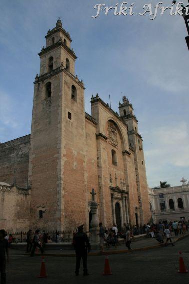 Katedra w Meridzie - część budulca użyto z rozebranych świątyń Majów