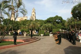 Policyjna orkiestra na Plaza Grande