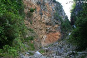 Imponująca skalna ściana i wodospad