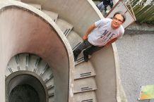 i na schodach