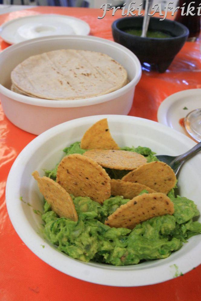 Przepyszne guacamole... i tortille w tle