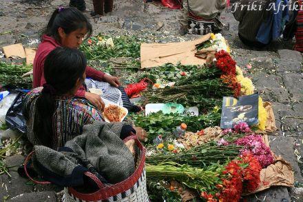 Na schodach świątyni handlarki sprzedają kwiaty, które można ofiarować bogom