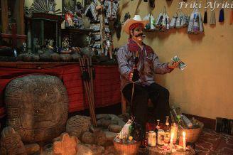 San Simon nie pogardzi trunkiem i fajkami