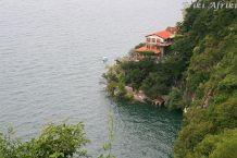 Jeden z wielu wyczesanych hoteli nad brzeiem jeziora