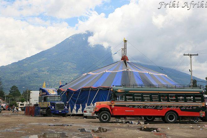 Antigua - nic nie stoi na przeszkodzie, żeby cyrk stał na środku dworca.
