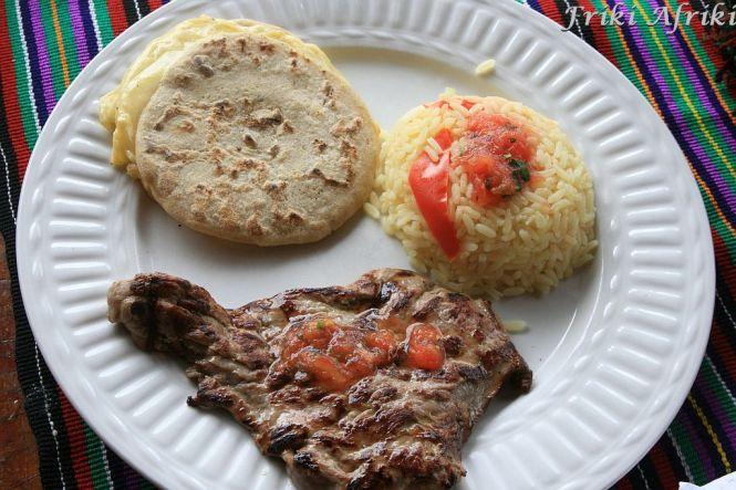 Comida tipica w wersji turystycznej - carne asada, quesadille i ryż