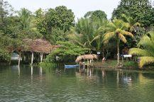 Domostwa na brzegu Rio Dulce