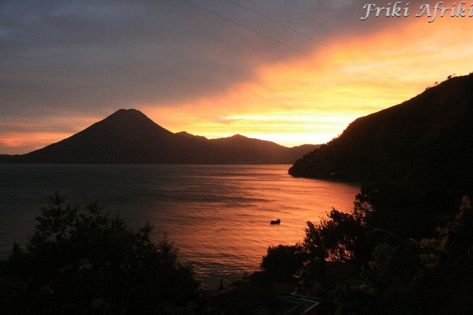 Zachód słońca nad Jeziorem Atitlan - 25 grudnia